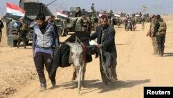 Civili irakieni refugiați din cauza luptelor în cartierul Maamoun, vestul orașului Mosul din Irak, 23 februarie 2017