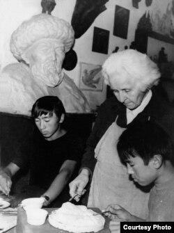Эл сүрөтчүсү Ольга Мануйлова шакирттери, Көркөм сүрөт окуу жайынын студенттери Азиз Закиров (солдо) жана Мурат Самудинов (оңдо) менен өнөрканасында. 1973-1974-жж.