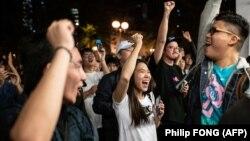Демократите печелят 400 от 452 места в 18-те регионални съвета в Хонконг