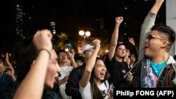 ჰონ-კონგის დემოკრატიული ძალების მხარდამჭერები ადგილობრივ არჩევნებში გამარჯვებას ზეიმობენ