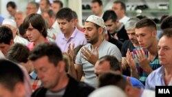 Илустрација: Бајрамска молитва во Мустафа-пашината џамија во Скопје