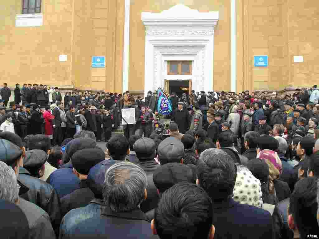 На похороны Заманбека Нуркадилова пришли тысячи людей. Алматы, 15 ноября 2005 года. - На похороны Заманбека Нуркадилова пришли тысячи людей.