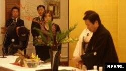 Kiyotaka Kobayaşi üç saat davam edən dərs zamanı 12 ikebana hazırladı