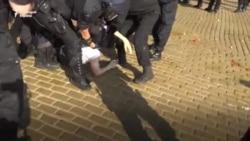 """""""Ще го удушите"""". Арести, лютив спрей и сблъсъци на протеста"""