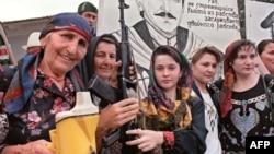 Чеченские женщины проводят демонстрацию в поддержку Джохара Дудаева. 7 августа, 1995 г