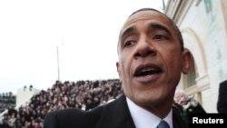 Preşedintele Barack Obama, în mijlocul mulţimii din faţa Capitoliului, după inaugurarea oficială în funcţie