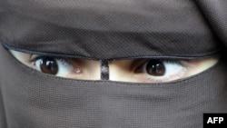 Ниқаб киген мұсылман әйел. Париж, 12 желтоқсан 2011 жыл. (Көрнекі сурет)