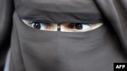 Женщина в никабе (мусульманский женский головной убор). Иллюстративное фото.