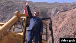 Тәжікстан президент Эмомали Рахмон Рогун ГЭС-іне плотина салу үшін Вахш өзені арнасын бұру рәсімі кезінде бульдозердің үстінде тұр. 29 қазан 2016 жыл.