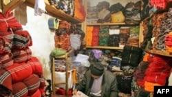 İran azərbaycanlısı Təbriz bazarındakı paltar dükanında qəzet oxuyur, 17 May 2007