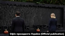 "Ukriananyň prezidenti Wolodymyr Zelenskiý we onuň aýaly Olena Waşingtonda ""Holomodor"" ýadygärligine zyýarat edýär."