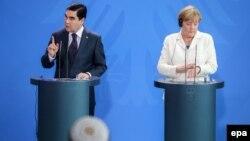 Канцлер Германии Ангела Меркель и президент Туркменистана Гурбангулы Бердымухамедов на совместной пресс-конференции. Берлин, 29 августа 2016 года.