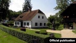 Куќата на Јосип Броз Тито во Кумровец, главна туристичка атракција во селото.