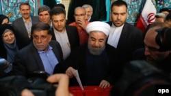 Президент жана талапкер Хасан Роухани добуш берүүдө. Тегеран, 19-май, 2017-жыл.