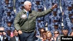 مایک پنس با کاپشن نظامی بر روی عرضه ناو هواپیمابر رونالد ریگان سخن میگفت.