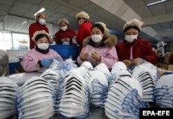 Работницы фабрики в провинции Хэбэй. 23 января 2020 года