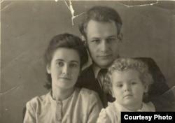 Іван Мележ, жонка Лідзія і дачка Людміла. 1948 г. (з архіву сям'і І. Мележа)
