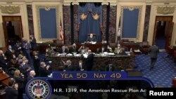 """Сенат одобряет законопроект """"План спасения Америки""""."""
