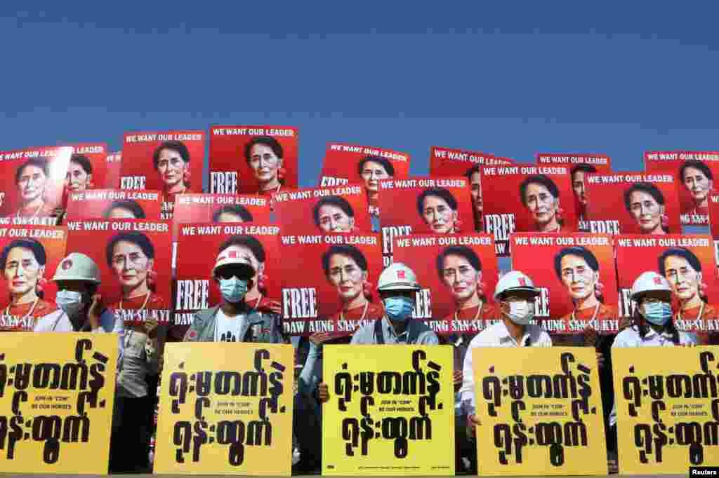 Демонстранттар аскердик төңкөрүшкө каршы нааразылык чарасы маалында Аун Сан Су Чжинин сүрөтү түшүрүлгөн плакаттарды кармап турушат. Найпидо шаары, Бирма. 2021-жылдын 15-февралы.