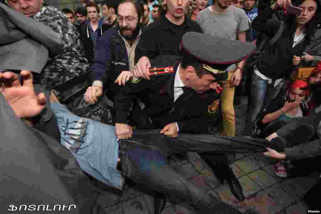 Армения - Столкновения и задержания в ходе шествия, организованного лидером оппозиционного движения Раффи Ованнисяном, Ереван, 9 апреля 2013 г.