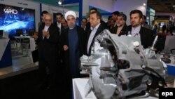 حسن روحانی در حال بازدید از نمایشگاه صنعتی تهران