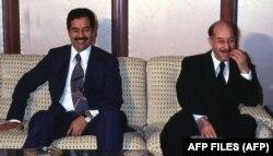 احمد حسن البکر (راست) در کنار معاونش صدام حسین در ۱۳۵۵، درست سه سال پیش از انتقال قدرت به او