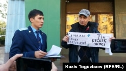 Белсенді Макс Бокаев Алматы сотының алдында тұр. 26 қазан 2015 жыл.