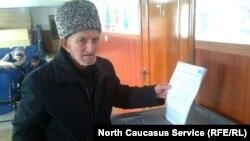 Избиратель голосует на президентских выборах России в Гумбетовском районе Дагестана, 18 марта 2018 года
