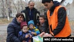 Норвежский совет по делам беженцев раздает предметы первой необходимости семьям, которые в течение нескольких дней прятались в подвалах. Фото: NRC/Ingrid Prestetun