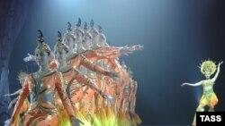 «Фантазию из Поднебесной» показывает в театре Эстрады акробатическая труппа из Ханчжоу, — это крупный порт и бывшая столица династии Южная Сун