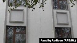 Трещина на стене нового здания школы в селе Гезбарах, 11 ноября 2012