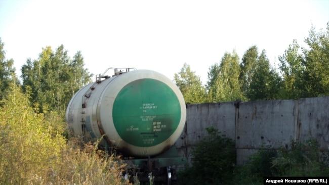 Цистерна на территории промзоны