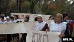 Оңтүстік қазақстандық әйелдер әлеуметтік наразылық шеруінде.Алмаьы, 11 қазан, 2008 жыл.