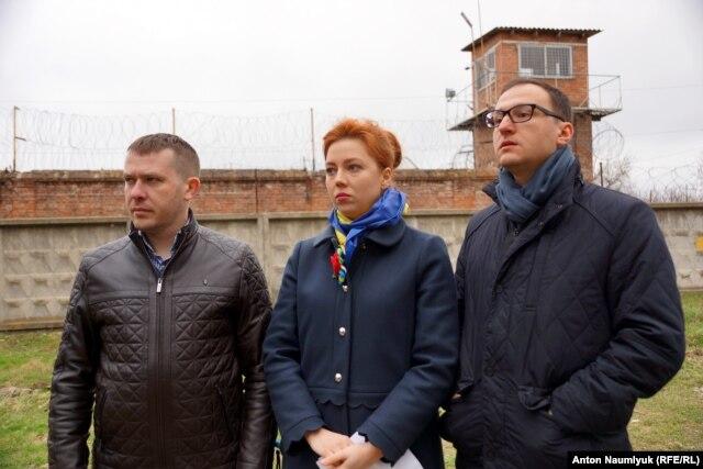Депутаты Верховной Рады у стен СИЗО, где содержится Надежда Савченко