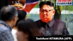 شبکههای ژاپنی در حال پخش گزارش مربوط به زمینلرزههای ثبتشده در کره شمالی؛ توکیو، ۱۲ شهریور