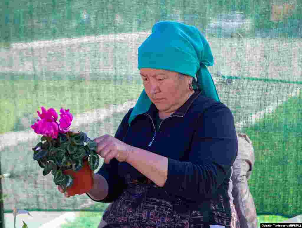 Надира Аргынбекова жармаңкеге гүлдүн 200 түрүн алып келген бул жармаңкеге ал төрт жылдан бери катышып келет.