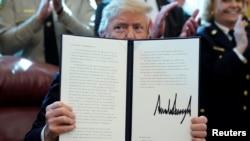 Дональд Трамп демонстрирует подписанный им указ (архивное фото, 15 марта 2019 года).