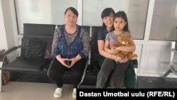 Оставшиеся в аэропорту в Оше гражданки Таджикистана.