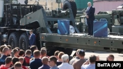 Лукашенко 17-августта МЗКТ заводунда суроолорго жооп берип жаткан учур.