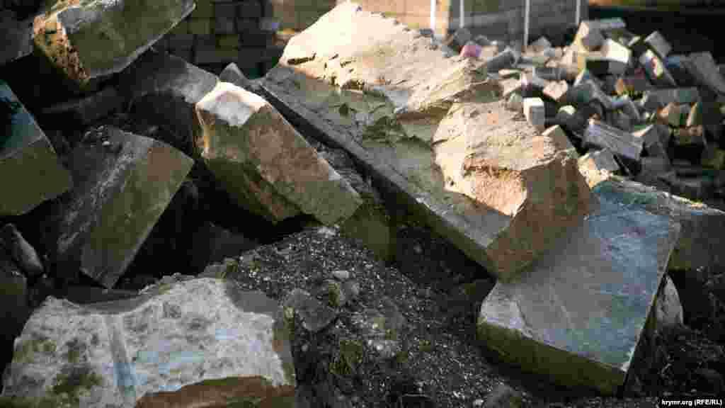 Викопані бордюрні камені