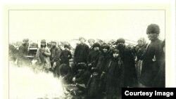 """Переселенцы на пристани Тобольска, отправляемые в село Сургут. 1930 г. Фото группы """"Вконтакте"""" """"Помни их имена"""""""