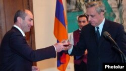 Armenia - President Robert Kocharian (L) and Foreign Minister Vartan Oskanian at an official ceremony in Yerevan, 29Dec2007.