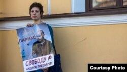 Одна из участниц серии пикетов в поддержку Андрея Пивоварова, Петербург, 10 августа 2015 г.