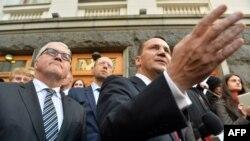 Радослав Сікорський (п) і голова МЗС Німеччини Франк-Вальтер Штайнмаєр (л) перед адміністрацією президента в Києві після підписання угоди між владою і опозицією, 21 лютого 2014 року