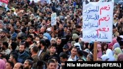 متظاهرون مصريون يطالبون بإقرار دستور في بلادهم