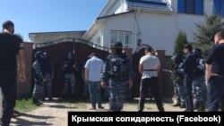 Під час обшуків у Білогірську в анексованому Росією Криму, 26 квітня 2018 року