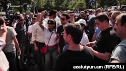 Երևան - Պաշտոնաթող նախագահ Ռոբերտ Քոչարյանի որդին և աջակիցները ողջունում են ՍԴ որոշումը, 9-ը սեպտեմբերի, 2019թ․