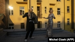 Ulični muzičari sa zaštitnim maskama nastupaju na krovu dvorišta, Prag, 7 april 2020.