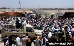 کسانی که از زمان انتقال چمن در 17 ژوئیه در گذرگاه مرزی به افغانستان گیر افتاده اند.