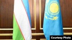 Государственные флаги Узбекистана (слева) и Казахстана.
